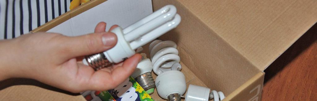 Пока в ее районе не установили специальные контейнеры, Гульнора складывает перегоревшие лампочки в гараже.