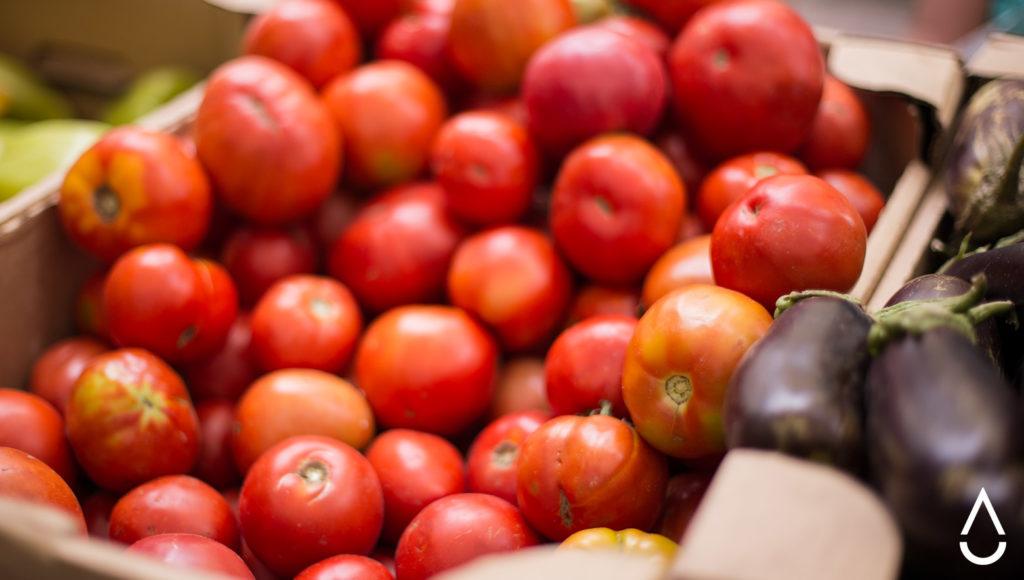 Органические томаты на фермерской ярмарке. Сорт называется «Новичок».