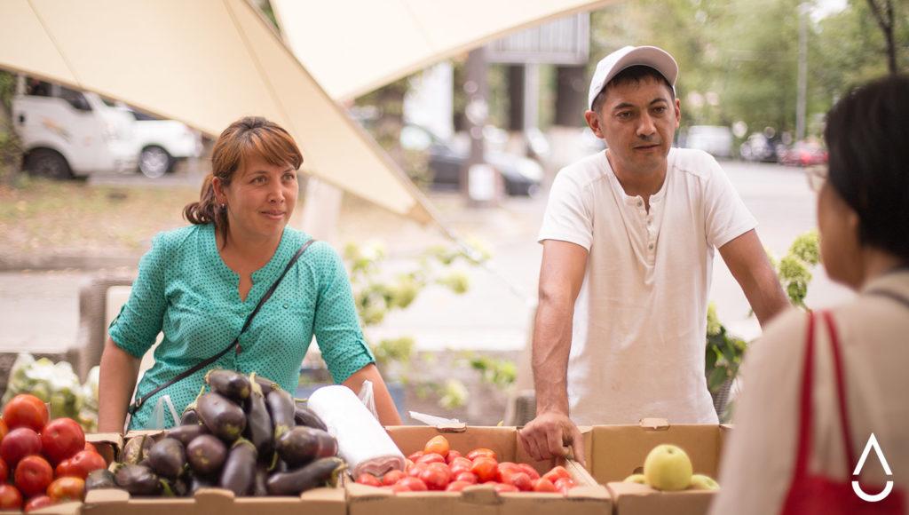 Шухрат и его жена Шадиям на фермерской ярмарке в Алматы.
