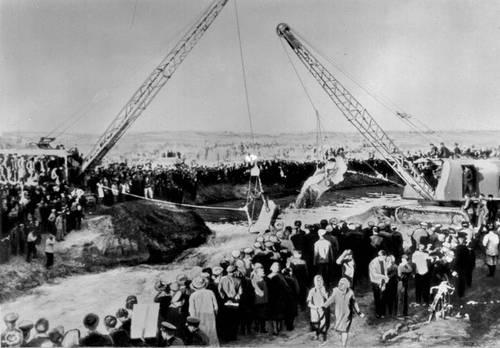 Пуск 2-й очереди Каракумского оросительного канала, 1960 год, фото из Большой Советской Энциклопедии.