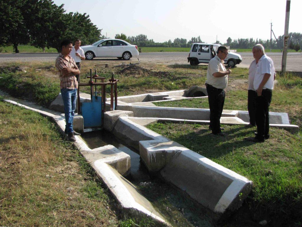 Специалисты у водорегулирующего устройства