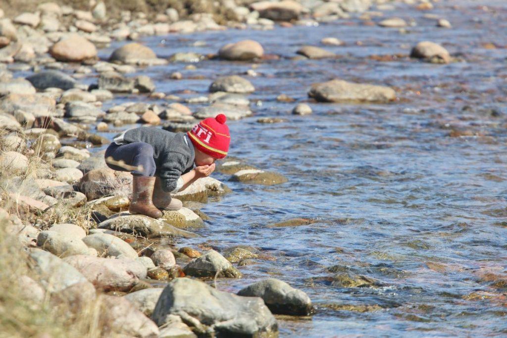 Ребенок у реки